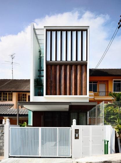 Fachada de casa moderna de tres pisos angosta 002