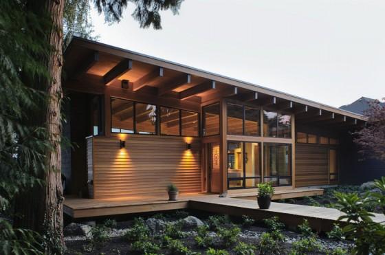 Fachada de perfil de moderna casa de madera
