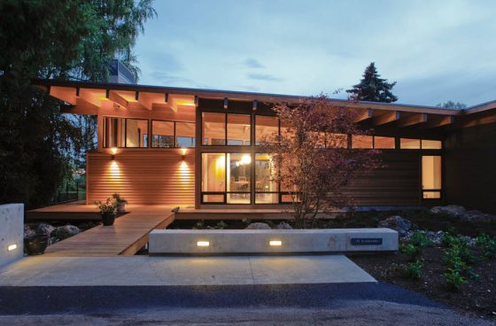 Fachada moderna de casa de un piso construida en madera