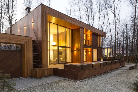 Casa de madera de dos pisos ubicada en el campo