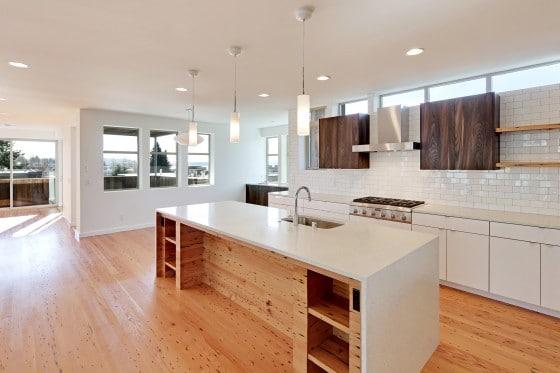 Diseño de cocina con isla con encimera blanca ecológica