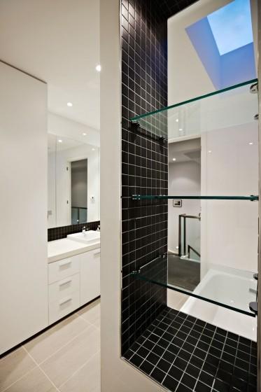 Diseño de cuarto de baño blanco y negro