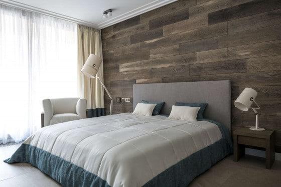 Diseño de dormitorio moderno con pared de madera