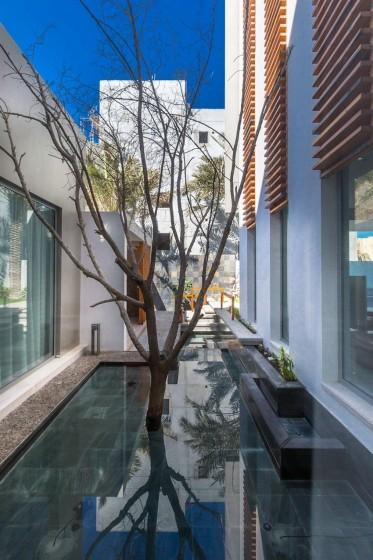 Diseño de espejo de agua de casa de tres pisos