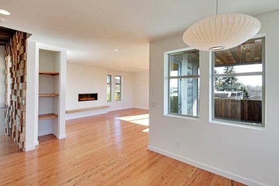 Diseño de interiores de casa ecológica con pisos de madera