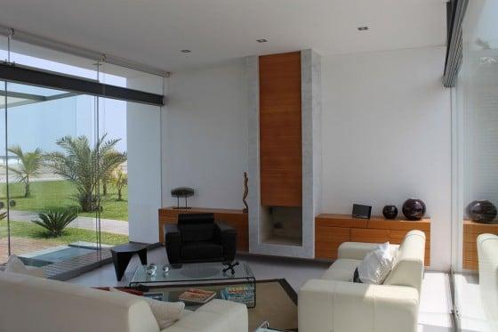 Diseño de interiores de sencilla sala de casa de playa