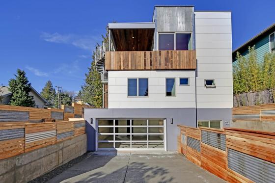 Fachada posterior de casa ecológica con aplicaciones de madera reciclada