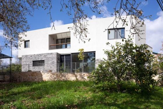 Fachada frontal de casa moderna de dos pisos