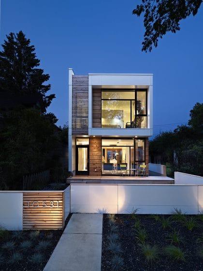 Fachada de casa moderna de dos pisos pequeña