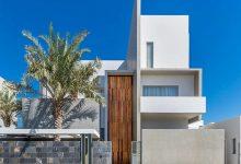 Photo of Planos de casa de tres pisos moderna, fachada con volúmenes equilibrados en una construcción de lujo