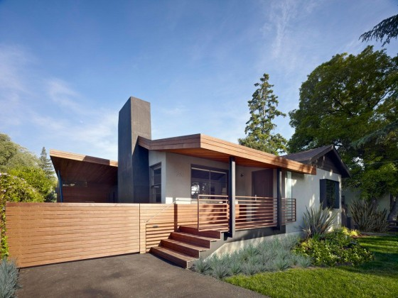 Diseño de casa moderna de un piso con fachada en madera y concreto