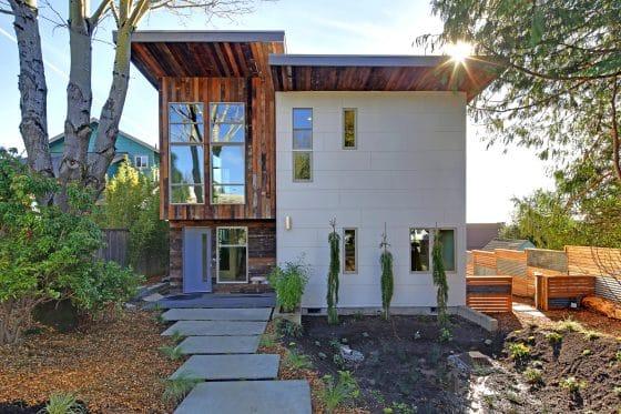 Fachada frontal de casa moderna ecológica