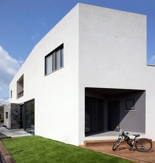 Fachada de casa moderna sencilla en color blanco