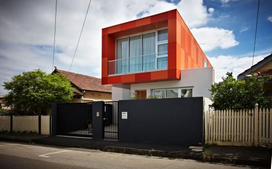 Moderna fachada de casa de dos pisos colores vivos