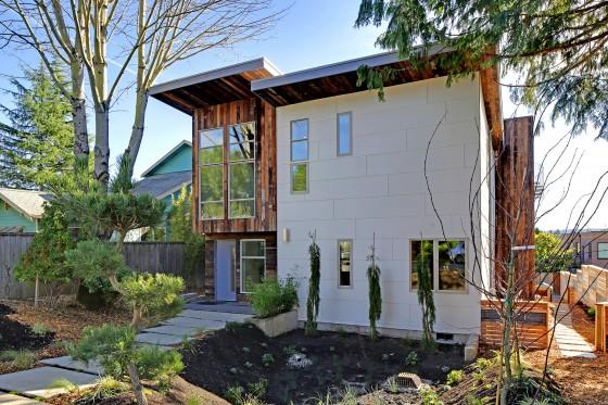 Fachada de casa moderna con materiales reciclados