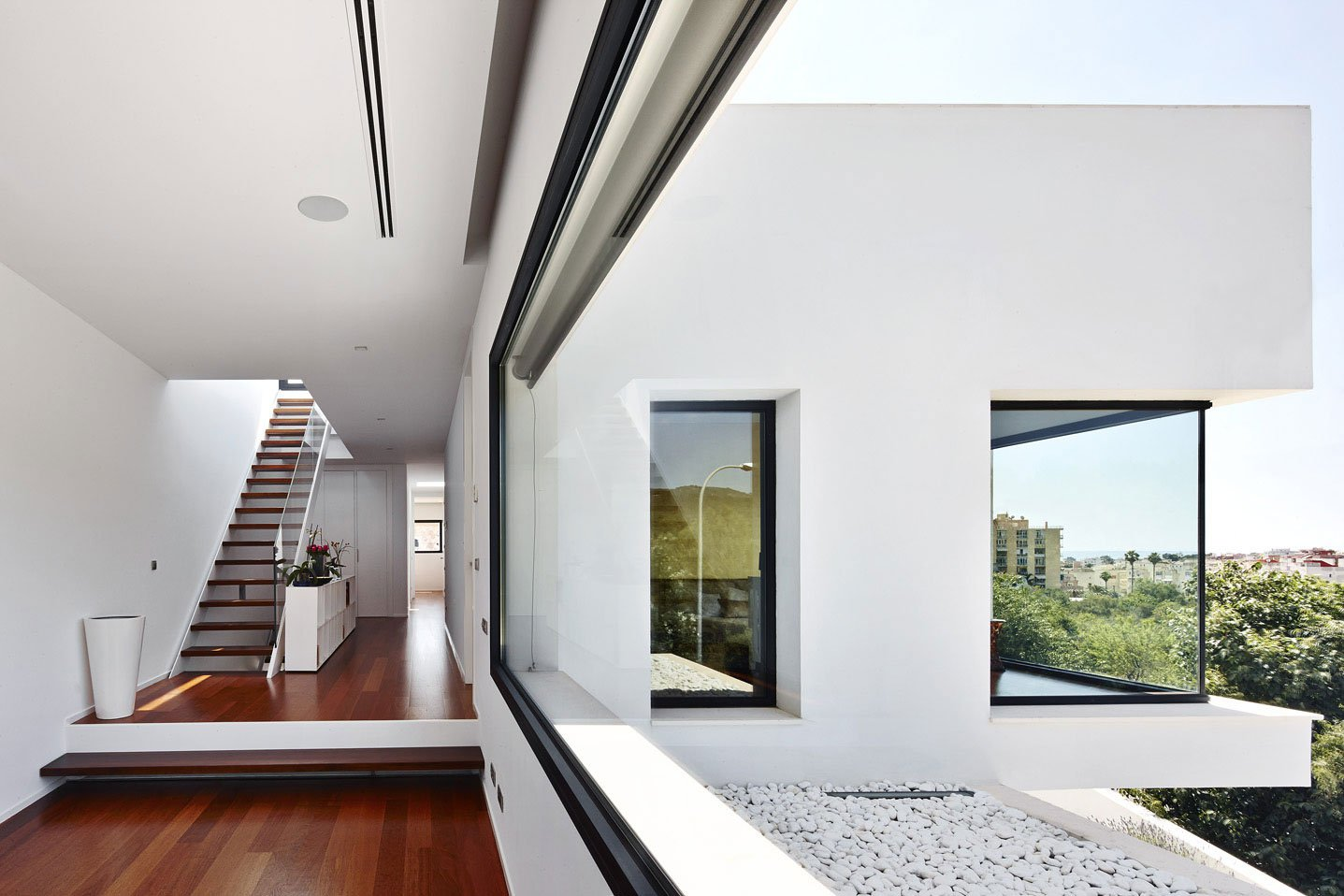 Dise o de casa con piscina de dos pisos construye hogar for Ambientes interiores de casas