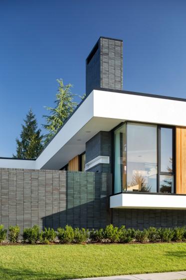 Detalles de fachada de moderna casa de un piso