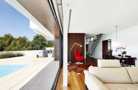 Detalles del interior y exterior de casa moderna con piscina