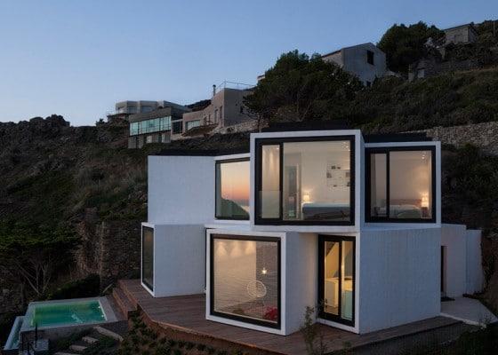 Diseño de casa moderna en terreno en desnivel