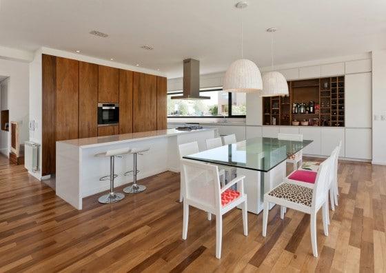 Diseño de cocina comedor modernos con pisos de madera