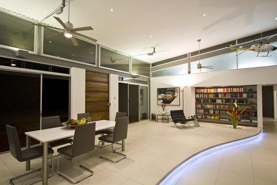 Diseño de comedor de casa moderna con pisos iluminados