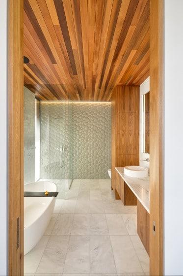 Diseño de cuarto de baño con aplicaciones de madera
