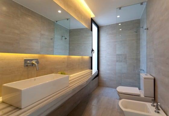 Diseño de cuarto de baño moderno con sanitarios blancos