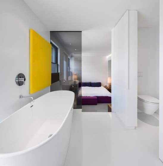 Diseño de cuarto de baño moderno con vista al dormitorio