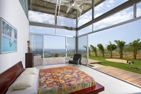 Diseño de dormitorio con grandes ventanas