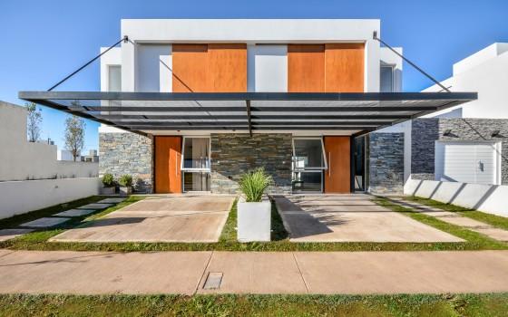 Diseño de fachada moderna de casa dos pisos (cubiertas las ventanas)