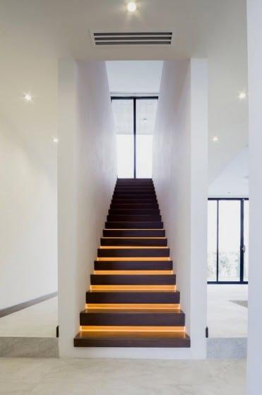 Diseño de modernas escaleras peldaños iluminados