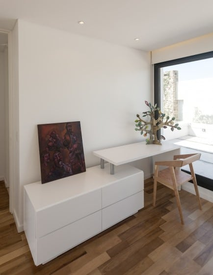 Diseño de mueble de estudio pequeño y minimalista de color blanco