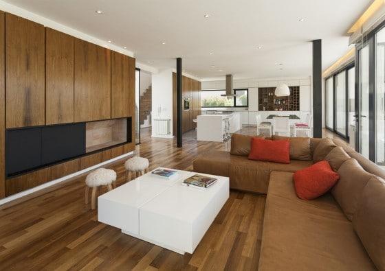 Diseño de sala comedor y cocina modernos con paredes de madera
