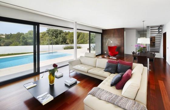 Diseño de sala moderna con vista a piscina