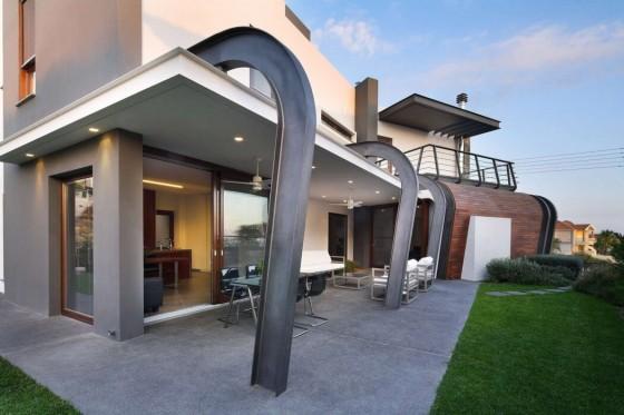 Diseño de terraza moderna de casa de dos plantas