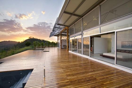 Diseño de terraza de casa de un piso moderna construida en campo