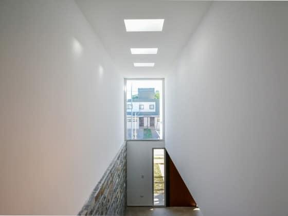 Diseño de tragaluz en espacio de escaleras