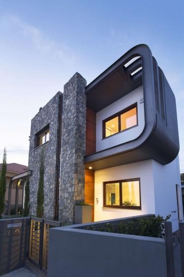 Diseño de casa moderna de dos pisos con estructura ovalada