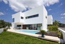 Photo of Diseño de casa de dos pisos con piscina, tiene una hermosa volumetría construida en hormigón