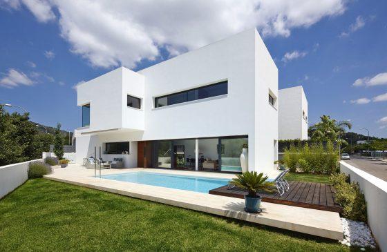Fachada de casa de dos plantas con piscina