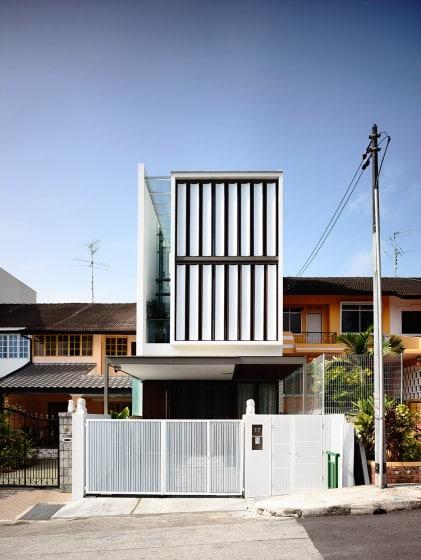 Fachada de casa moderna con bloque de madera que gira de acuerdo al sol