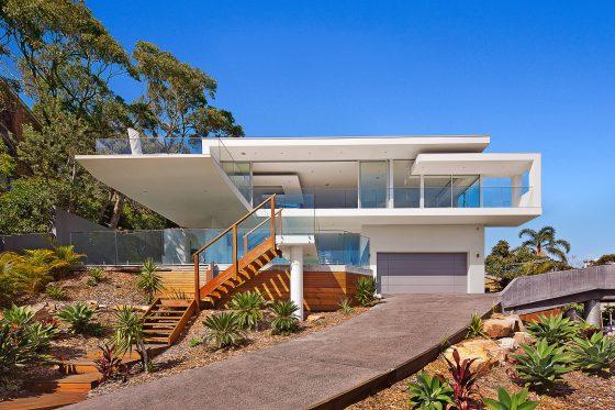 Hermosa fachada de casa moderna de dos pisos