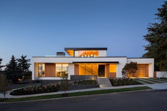 Fachada de casa moderna de un piso con techo mirador