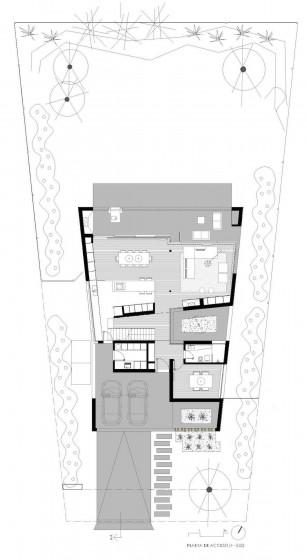 Plano de casa de dos pisos construida en terreno irregular