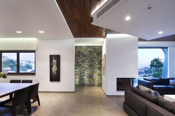 Vista de la sala comedor de casa moderna de dos plantas