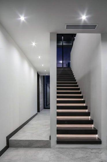 Vista del pasadizo y escaleras iluminadas