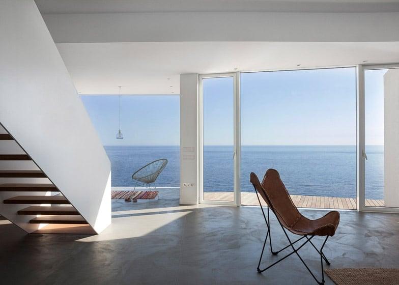 Dise o de casa de playa de dos pisos construye hogar for Casa moderna frente al mar