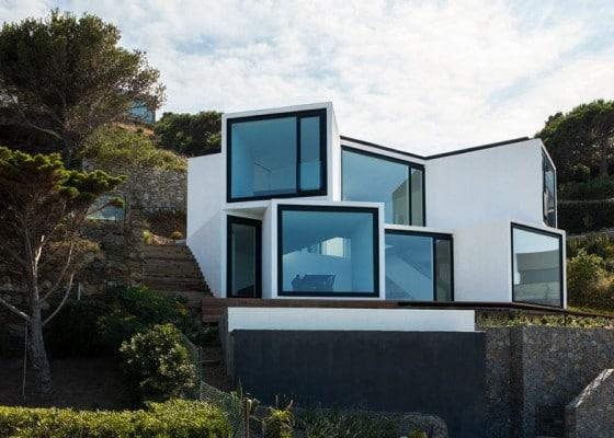 Diseño de fachada de moderna casa de dos pisos en desnivel