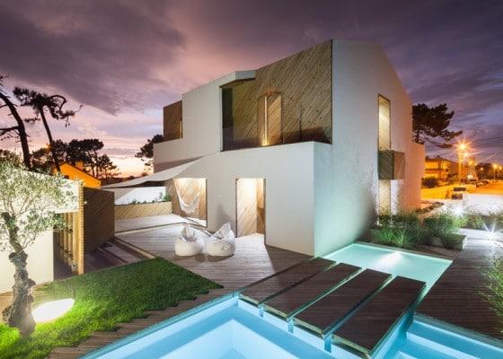 Casa de dos pisos moderna con piscina