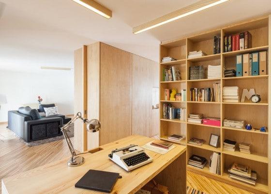 Diseño de biblioteca en madera natural